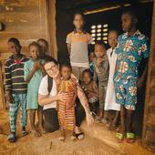 C'est l'histoire du KM61 , ce village découvert par hasard lors de notre voyage en Côte d'Ivoire 🇨🇮 . Nous nous dirigeons vers Yamoussoukro quand nous nous arrêtons pour boire un café ☕️ au bord de l'autoroute ce mercredi 7 juillet 2021…Quand le chef apprend notre présence, il nous invitée à sa table et nous offre à boire 🍷 …il est gêné de ne pouvoir nous offrir à manger et nous demande de repasser à notre retour. A notre tour nous lui offrons une bouteille. Il ne nous demande rien juste le plaisir de nous accueillir 🙏. Avec @florencenoel2010 nous sommes vraiment touchées par cet endroit…Florence reste à Abidjan pour le boulot et décide de retourner au village pour en savoir plus et demander au chef ce qu'ils ont besoin…Le village en bord d'autoroute est très précaire et fait 6 km de long, avec 3 000 habitants dont 600 enfants…ils vivent de leur plantation de cacao et de leur petits commerces… Flo visite l'école et avec l'autorisation prend ces quelques photos.  Un container doit partir en septembre et nous voulons en profiter pour leur faire parvenir des fournitures scolaires 🖊📚et des vêtements pour les enfants !   Vous pouvez déposer vos dons au Shop  à partir de mardi jusque fin septembre…🙏🙏🙏  Promenons-nous  4 bis rue du Lancieu 57000 Metz 🙏 #metz #metzville #metznotreville #metzmaville #metzbynight #metzmetropole #metzfrance #help #abidjan #cotedivoire #donation #forschool #promenonsnous_shop #vanlifefrance #camping #vanlife #bivouac #randonnée #outtrip